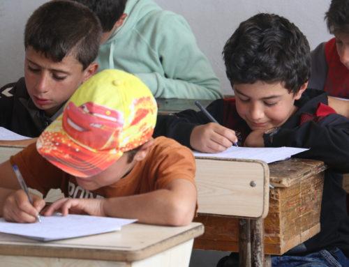 القطاع التعليمي في إدلب: بين مطرقة القصف وسندان انقطاع الدعم